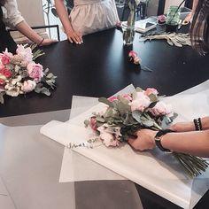 #vanessflower #vaness #flower #florist #flowershop #handtied #flowergram #flowerclass #바네스 #플라워 #바네스플라워 #플라워카페 #플로리스트 #원데이클래스 #화훼장식기능사 #플라워레슨 #플라워아카데미 #꽃스타그램. . . #레슨중 . . 작약 핸드타이드 포장중