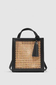 Bolso shopper de mimbre con borla, de Zara (29,95 €). - AR Revista
