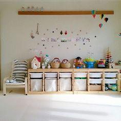 おもちゃの収納って、片付けの中でいちばん頭を悩ませますよね。片付けても片付けてもちらかるおもちゃ。そんなおもちゃも、スッキリおしゃれに片付けやすくする商品を7つご紹介しています。