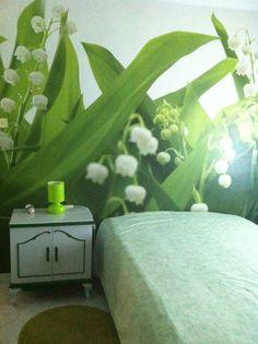 Isabel Monfort. Como cabezal de la cama he colocado un mural de vegetación y flores blancas,