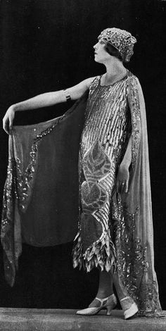 Robe du soir, 1924 by Lucile. 20s Fashion, Art Deco Fashion, Fashion History, Vintage Fashion, Feminine Fashion, Fashion Tips, Gatsby Style, Flapper Style, 1920s Flapper