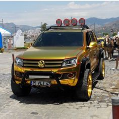 If it's real gold I believe the license plate is wrong. Toyota Trucks, 4x4 Trucks, Cool Trucks, Cool Cars, Vw Amarok V6, Volkswagen Touran, Badass Jeep, Push Bikes, Vw Cars