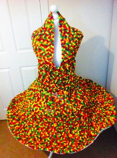 Mom Makes Gorgeous Dress From Skittles Couture Fashion, Diy Fashion, Fashion Show, Fashion Design, Pho, Crazy Dresses, Candy Dress, Recycled Dress, Recycled Fashion