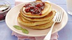Kleine Buttermilchpfannkuchen mit Kirschmarmelade