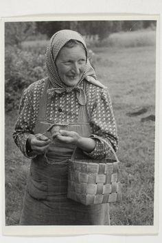 Eesti muuseumide veebivärav - Helene Maran karjas sukka kudumas. Rõuge khk, Matsi k