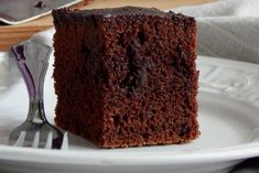 Το ζουμερό αυτό κέικ, που έχει ποτίσει από το σιρόπι του κακάο, θα το βρείτε και με άλλες ονομασίες όπως «βραστό κέικ» ή «κέικ κατσαρόλας». Πρόκειται ακριβώς για την ίδια συνταγή, με μικρές όμως παραλλαγές.