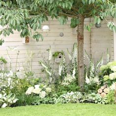 Un jardin de fleurs blanches In this garden in England, white flowers set the tone and everything is done to welcome the birds. Moon Garden, Dream Garden, Garden Art, White Garden Fence, Black Fence, White Fence, Balcony Garden, Back Gardens, Small Gardens