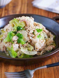 超速かんたん!ご飯もお酒も止まらない!『塩だれ豚レタス』 by Yuu / 豚バラとレタスを使ったご飯もお酒もすすむ一品♪作り方は、とっても簡単で下味をもみ込んだ豚バラとレタスをフライパンでパパッと炒め最後に、ごま油と粗挽き黒胡椒をふったらもう、できあがり〜っ!!どちらも、火が通りやすい食材なので10分もかからずにメインが完成しちゃいますよ〜♡ / Nadia
