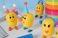 Des petits personnages avec l'emballage des œufs kinder