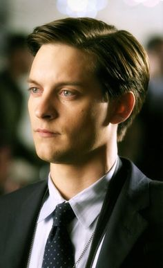 Tobey Maguire short hairstyle.