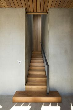 INSPIRATION: Staircase design ideas from inside a Sorrento Beach House in Mornington Peninsula by AM Architecture Modern Staircase, Grand Staircase, Staircase Design, Staircase Architecture, Staircase Ideas, Beach House Furniture, Beach House Decor, Beach Houses, Interior Stairs
