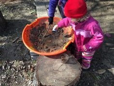 How to set up a simple, movable mud kitchen Fairy Dust Teaching, Outdoor Learning Spaces, Mud Kitchen, Kitchen Ideas, Preschool Garden, Outdoor Baby, Inspired Learning, Messy Play, Outdoor Classroom
