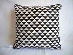 Réservé Denis - 4 coussins triangles noir et blanc / passepoil noir : Textiles et tapis par les-tresors-de-jaya
