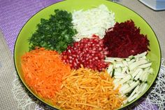 Vom Granatapfel die Kerne auslösen. Die Karotten und rote Beete schälen und grob reiben. Den Spitzkohl und den Zucchini in feine Streifen schneiden. Den Lauch in schmale Ringe schneiden, die Petersilie und den Dill fein hacken. Den Servierteller / Schüssel mit etwas Remoulade beschmieren. Die Granatapfelkerne in die Mitte des Serviertellers auflegen und im Kreis