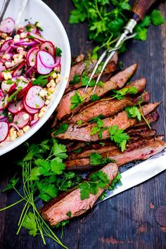 Grilled Flank Salad with Corn Radish Salad Grilled Flank Steak with Sweet Corn & Radish Salad…a healthy summer weeknight meal that can be made in 30 minutes! Flank Steak Recipes, Beef Recipes, Salad Recipes, Grill Recipes, Camping Recipes, Recipies, Steak Salat, Radish Salad, Meat Salad