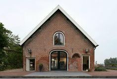 Umgebautes Haus mit Satteldach-G House-Türbogen Backsteinmauer Fassade