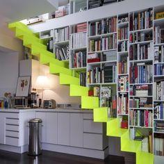 Escalier jaune fluo - Escalier fait dans une plaque métallique de 4 mm d'épaisseur seulement, sans garde-corps, le système d'accroche est caché dans le mur, ainsi que dans les montants de la bibliothèque.