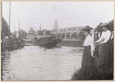 Willemsvaart, Eekwal en Emmawijk uit het zuidwesten. Ter hoogte van het latere voetgangerspontje staan twee dames en een heer met fiets aan de hand te wachten, mogelijk op het pontje. Op 15 december 1964 werd het pontje uit de vaart genomen. Mode 1906-1910. De Amsterdamse boot remt af voor de nog gesloten Keersluisbrug.