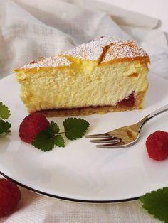 .. zart wie ein kleines Wölkchen zergeht diese Torte auf der Zunge. ♥  Cheesecakes sind weltweit bekannt und beliebt. Wie könnten sie auch nicht? Ich liebe die Kombination aus Butterkeks und cremig, luftiger Topfenmasse. Cornbread, Vanilla Cake, Cheesecake, Cookies, Heavenly, Ethnic Recipes, Desserts, Food, Biscuits