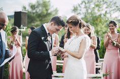 Wedding planner: Detallerie. Los novios poniéndose los anillos. Bride and groom wedding rings.