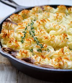 Shepherd's pie is truly a perfect comfort food dish. While the original is made with ground lamb or meat it is easily veganized by subbing the meat out for lentils! Frozen Corn, Frozen Peas, Vegetarian Shepherds Pie, Beef Pot Pies, Ground Lamb, Cottage Pie, Glass Baking Dish, Casserole Dishes, Lentils