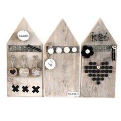 Prik magneetbordje Huisje    Kleine houten pik- en magneetbordhuisjes voor aan de muur! Voor kaartjes, foto's, kleine sokjes of later eigengemaakte kunstwerken!