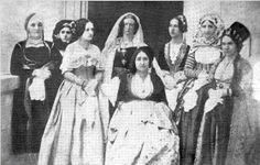Φίλιππος Μαργαρίτης ή Philibert Perraud. Φωτογραφία που απεικονίζει την Μαρία Μοναρχίδη σύζυγο του Ψαριανού αγωνιστή και πολιτικού Αναγνώστη Μοναρχίδη και κόρη του Ναυάρχου των Ψαρρών Νικολή Αποστόλη. Εικονίζονται οι κυρίες επί των τιμών της Βασίλισσας Αμαλίας μια από αυτές και η Μαρία ( Ο Αναγνώστης και η Μαρία Μοναρχίδη είναι προπαππούδες του μεγάλου ζωγράφου Γιάννη Τσαρούχη από την πλευρά της μητέρας του Μαρίας Μοναρχίδη). 4 H Club, Greece, Painting, 1950s, Moon, Girls, Art, Photos, Fashion
