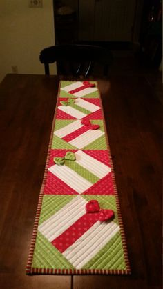 Quilted Christmas table runner This is a cute quilted table runner The bows actually sparkle under lights as they have rhinestones. There are 2 place mats to match. Table Runner And Placemats, Table Runner Pattern, Quilted Table Runners, Christmas Runner, Christmas Table Runners, Place Mats Quilted, Little Presents, Quilted Table Toppers, Christmas Sewing