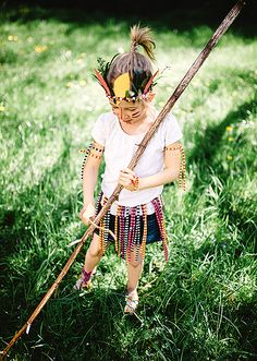 """Buntes DIY Indianer Kostüm aus """"DIY - sei dabei! Kreativ Verkleiden"""" von Kluntjebunt.at / BernadetteBurnett.com im Coppenrath Verlag Costumes, Pattern, Tutorials, Style, Fashion, Panelling, Simple Diy, Carnavals, Guys"""