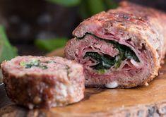 Un grande classico dei pranzi in famiglia, il polpettone di carne, farcito con prosciutto, spinaci e formaggio filante!