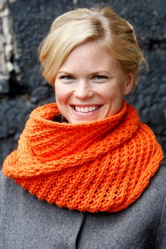 Free pattern in Dutch: Loop sjaal met kantpatroon - Novita 7 Veljestä Diy Crochet, Crochet Hats, Lace Scarf, Chantilly Lace, Lace Collar, Crochet Fashion, Orange Color, Knitwear, Free Pattern