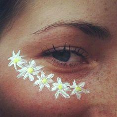 この画像の最もポピュラーなタグは次を含みます:flowersとgirlとeyeとhipster 、 indie