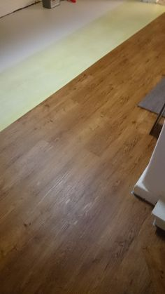 Vinylboden von Objectflor, Expona Concept, Oak gold. Im Bild noch zu sehen Schönox iFlor Rollkleber