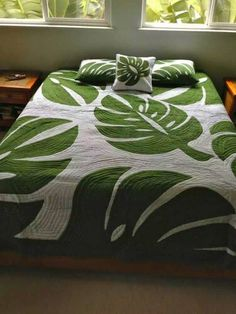 Hand painted green and white monstera leaf king quilt made in Bali. With their dramatic shape they inspire our craftspeople to create this stunning Hawaiian quilted bed spread. Hawaiian Crafts, Hawaiian Homes, Hawaiian Decor, Hawaiian Quilt Patterns, Hawaiian Quilts, Tropical Quilts, Bed Cover Design, Hawaiian Designs, Bedding Inspiration