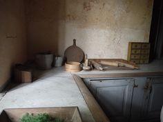 Monica på Mora i Sörmland Exterior Design, Interior And Exterior, English Farmhouse, Swedish Style, Shaker Kitchen, Farmhouse Design, Simple Art, Kitchen Dining, Dining Rooms