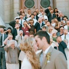 Fotos que envolvam todos os convidados são de arrasar e devem entrar pra lista de ótimas ideias para fotos de casamento! Olha esta linda inspiração!