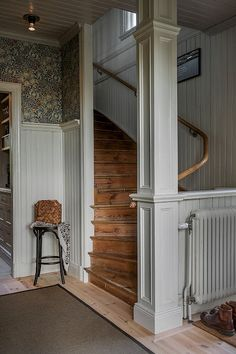 William Morris wallpaper light grey wainscoting and wood stairs in a Swedish country home. Design Retro, Cozy House, My Dream Home, Future House, Farmhouse Style, Interior And Exterior, Beautiful Homes, Building A House, Villa