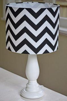 La lámpara es cheurón y elegante.
