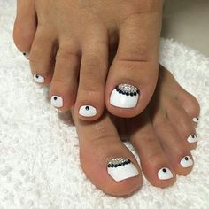 Opting for bright colours or intricate nail art isn't a must anymore. This year, nude nail designs are becoming a trend. Here are some nude nail designs. Pedicure Nail Art, Toe Nail Art, White Pedicure, Toenail Art Designs, Pedicure Designs, Pretty Toe Nails, Super Cute Nails, Glam Nails, Beauty Nails