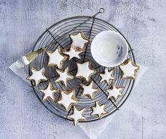 Ein Guetzlisack ohne Zimtsterne ist wie Advent ohne Samichlaus. Der Guetzliklassiker ist ein Muss! Masala Chai, Biscuits, Xmas Cookies, Viera, Christmas Baking, Decorative Plates, Tableware, Advent, Outre
