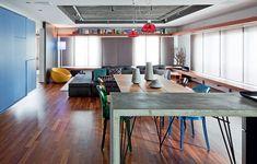 O antigo apartamento de três quartos agora tem apenas um dormitório. Para criar unidade visual nos espaços integrados, o Superlimão Studio criou a prateleira no alto e o banco de madeira que percorrem paralelamente toda a casa