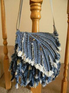 For a little flair and fluff, fray an upcycled denim bag! Jean Crafts, Denim Crafts, Jean Purses, Diy Sac, Denim Purse, Fringe Purse, Denim Ideas, Recycle Jeans, Repurpose