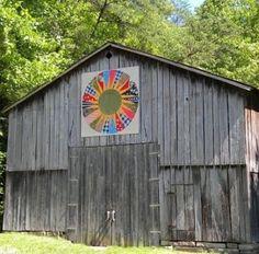 Quilt projeto em um celeiro Kentucky. Grande contraste entre a madeira velha e as cores brilhantes. por patrica