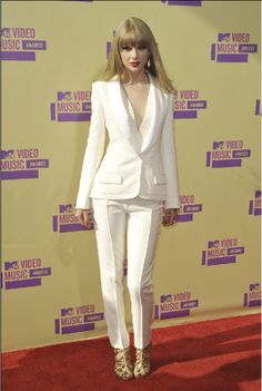 Taylor Swift looked pristine and seriously stylish in a white J. Mendel silk crepe suit at the 2012 MTV Video Music Awards (VMAs) at Staples Center in Los Angeles Thursday, September Taylor Swift Vma, Taylor Swift Outfits, Taylor Swift Style, Corporate Fashion, Business Fashion, Corporate Chic, White Suits, Sleek Hairstyles, Suit Fashion