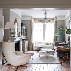 Living room mixing antique, modern and neutral | Classical Addiction