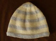 3fc415b4af03 Bonnet naissance bicolore. Mignon petit bonnet bicolore pour bébé ...