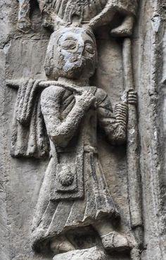 Peregrina del Camino de Santiago, Vallejo de Mena - Detalle de la portada románica de la iglesia de San Lorenzo