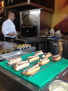 Preparación de los Spanish Hot Dogs by Albert Adrià en el stand de JOSPER - SSG'13
