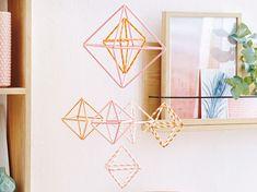 Wenn Mobiles aus geometrischen Formen bestehen, machen sie sich auch sehr dekorativ im Wohnbereich.Das braucht ihr für das Mobile:bunte