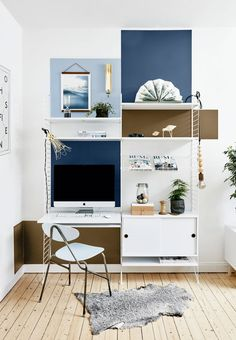 Cool and modern home office in a nordic style with a flexible shelving system. Very nice with the painted squares on the wall.
